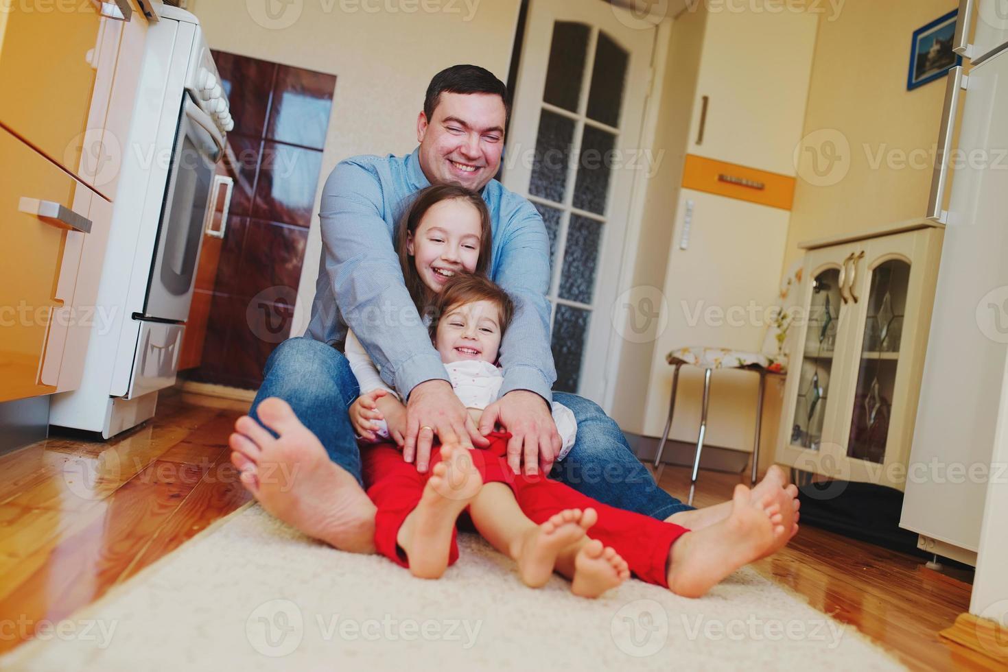 famiglia felice a casa al piano foto