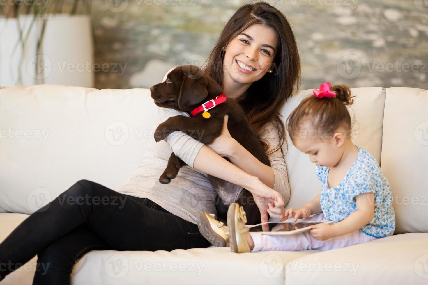 famiglia felice con un cucciolo foto