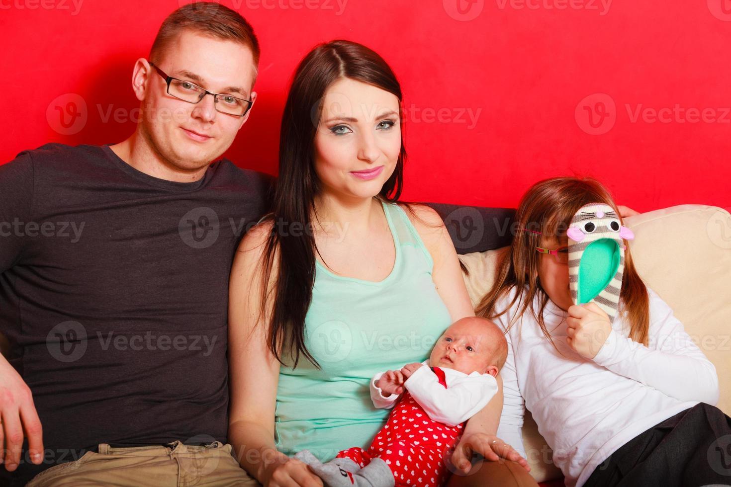 famiglia con ritratto di bambina appena nata foto