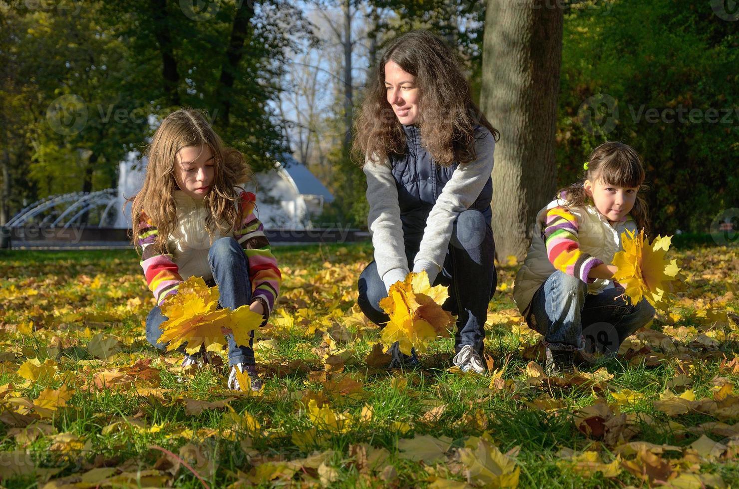 famiglia felice nel parco d'autunno foto