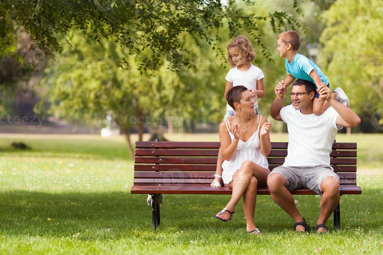 giovane famiglia che si diverte nel parco foto