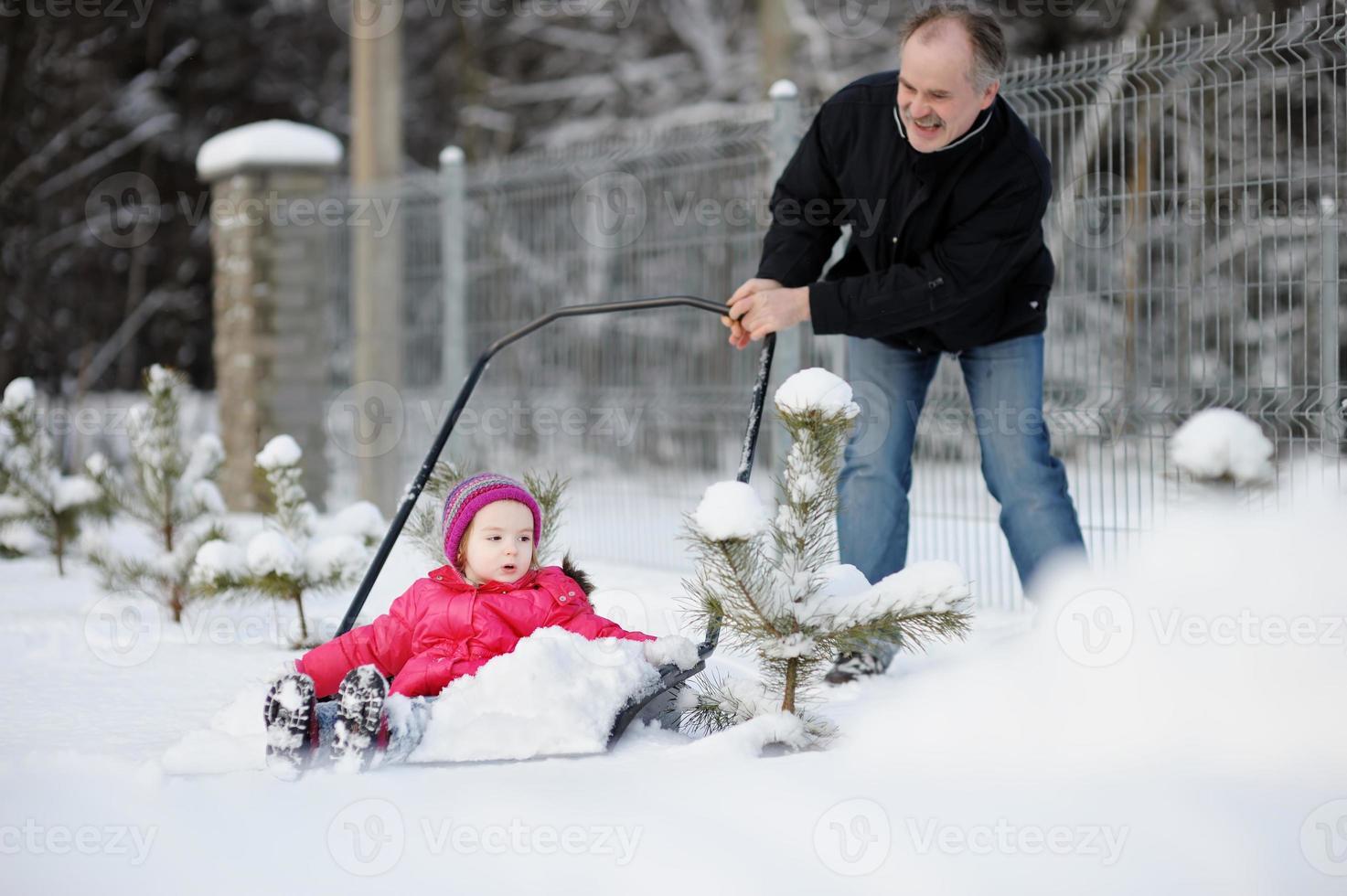 divertimento invernale: fare un giro sulla pala da neve foto