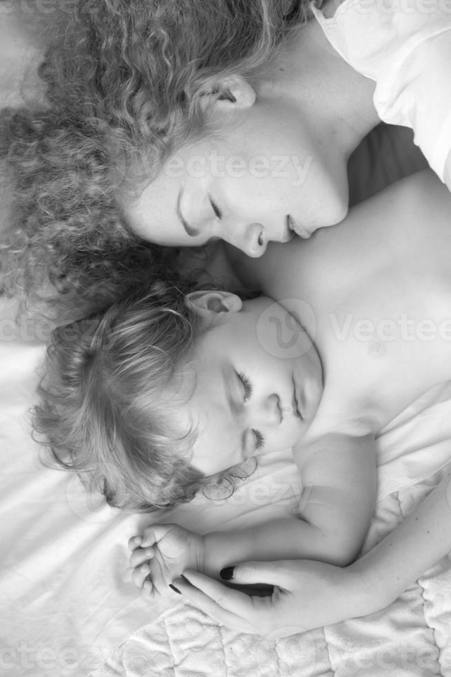 madre che abbraccia il bambino foto