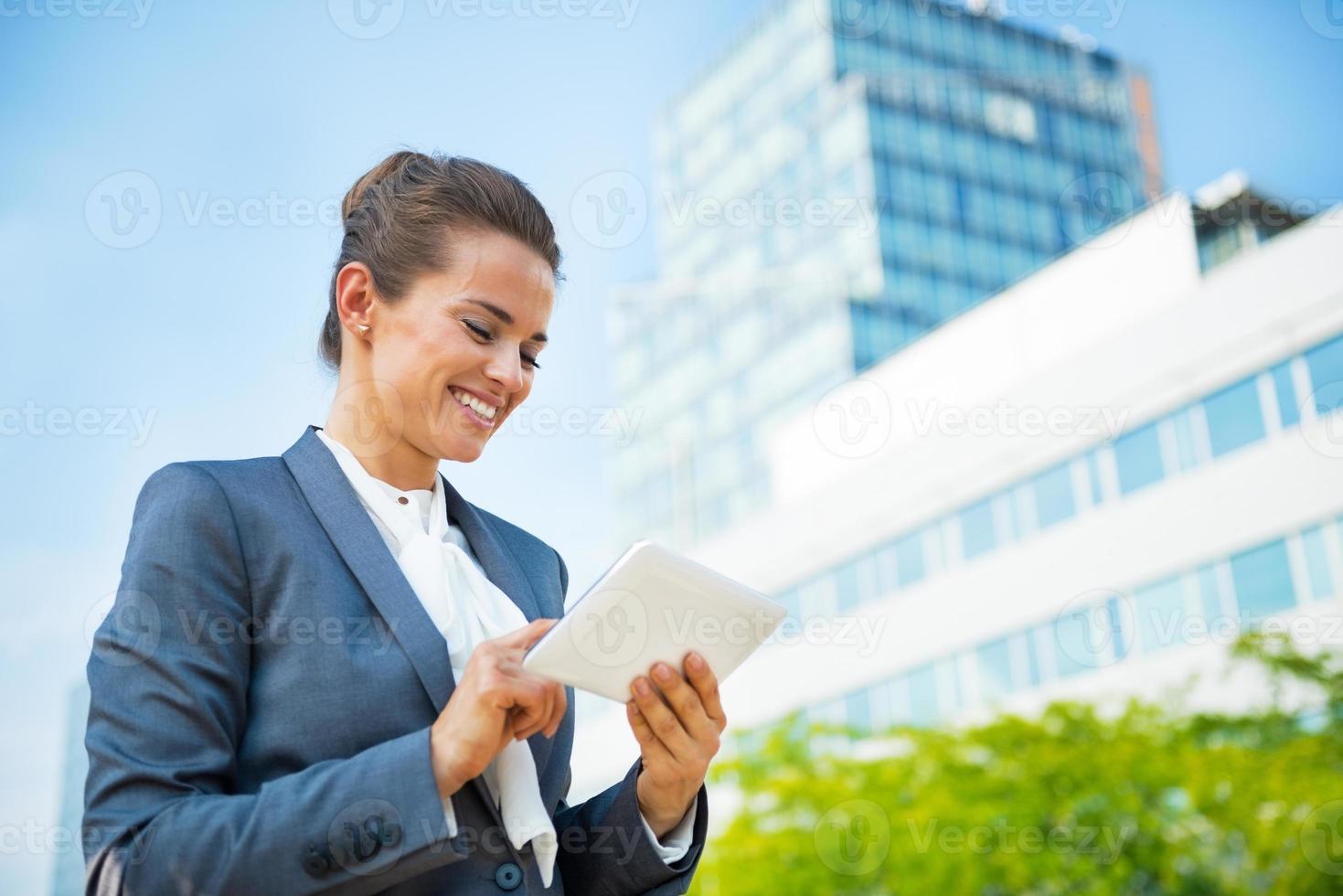 donna d'affari con tablet pc nel distretto di ufficio foto