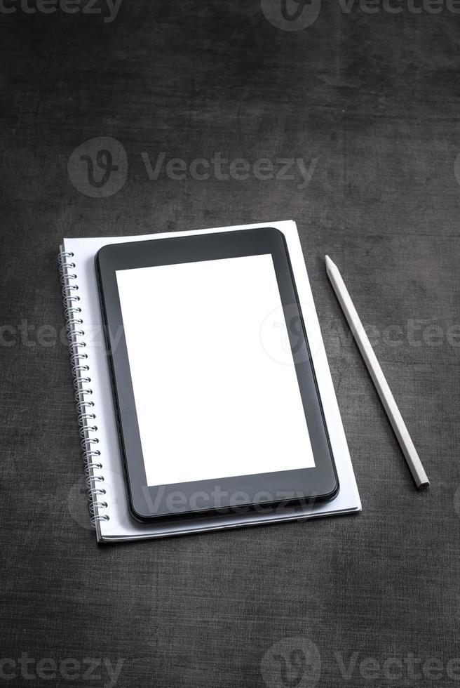 schermo bianco bianco sul tablet pc su fondo di legno foto
