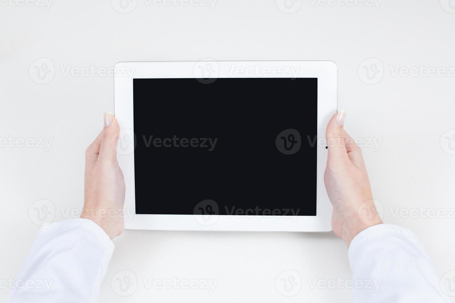 medico in possesso di un tablet con spazio di testo libero foto