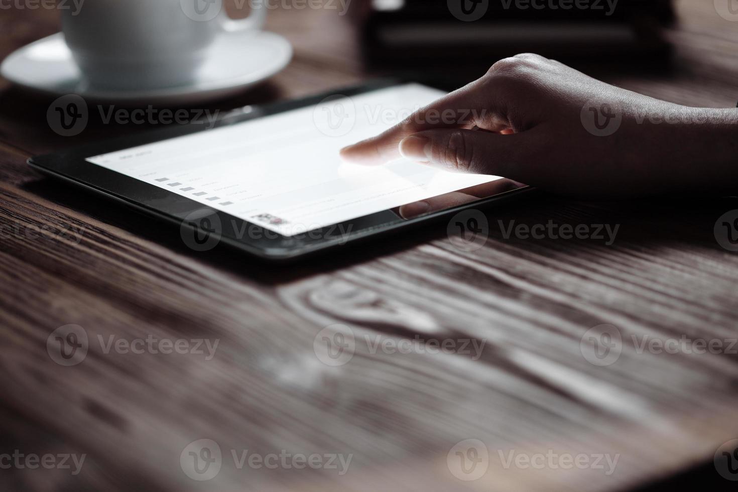 presse della mano della donna sulla compressa digitale dello schermo foto