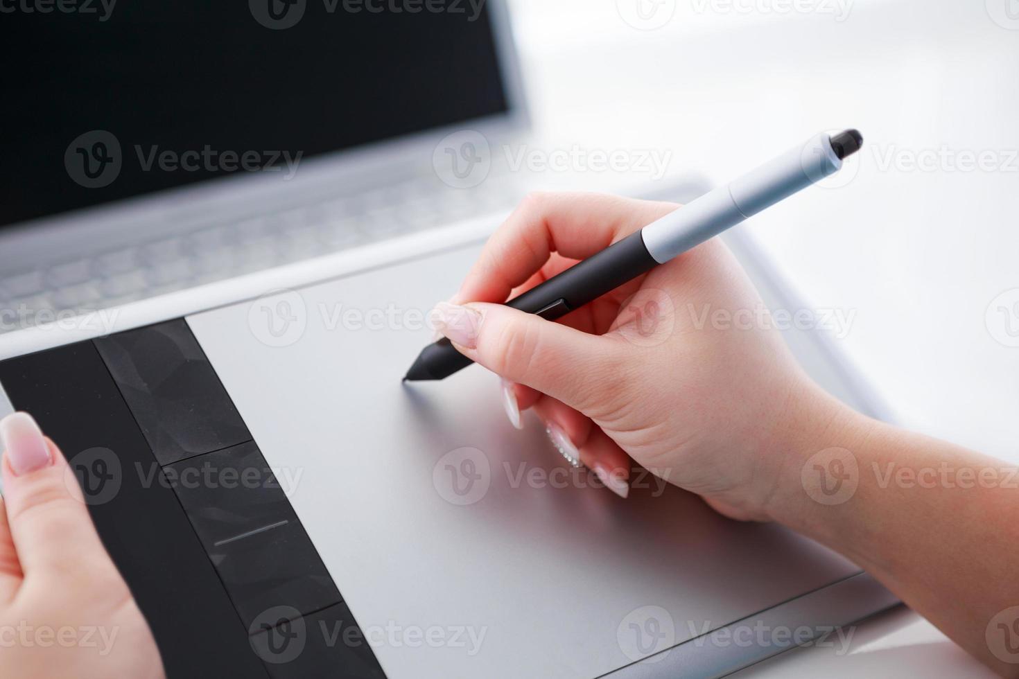 graphic designer che lavora su tavoletta digitale foto