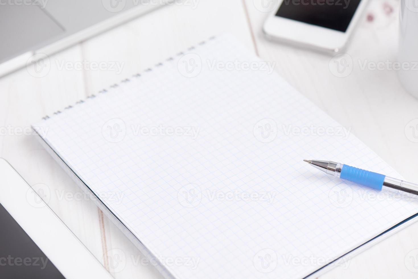 attività lavorativa. taccuino vuoto in bianco, laptop, tablet pc, mob foto