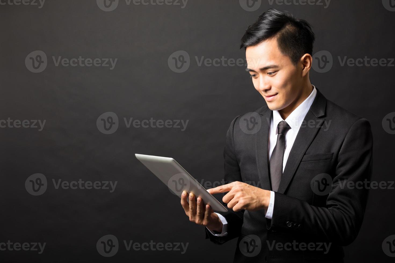 sorridente uomo d'affari giovane con tablet pc foto