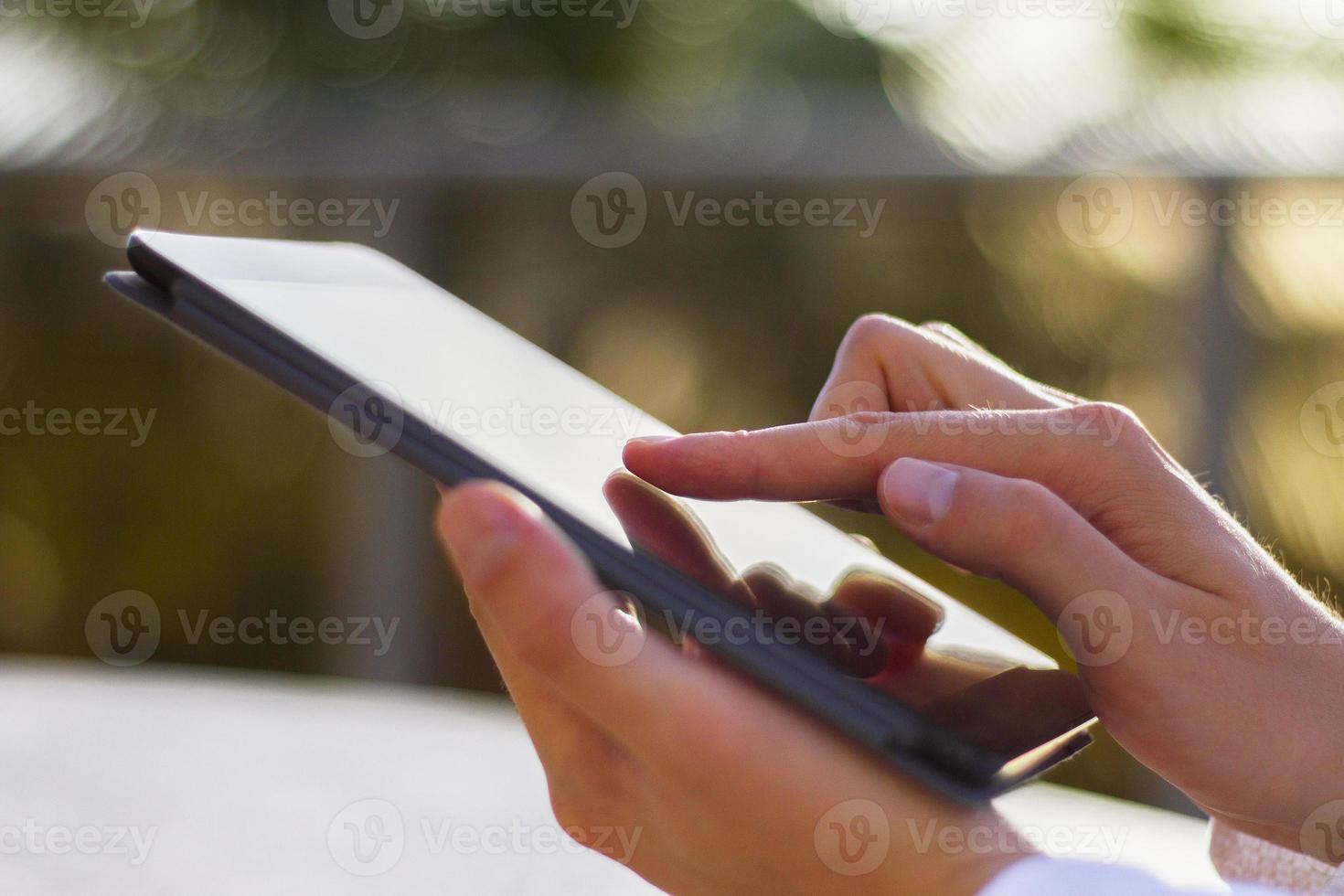 l'uomo fa clic su una tavoletta digitale al mattino foto