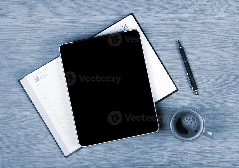 tablet con schermo vuoto e tazza di caffè foto