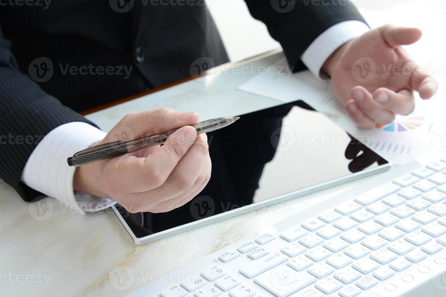 uomo d'affari che spiega in ufficio foto