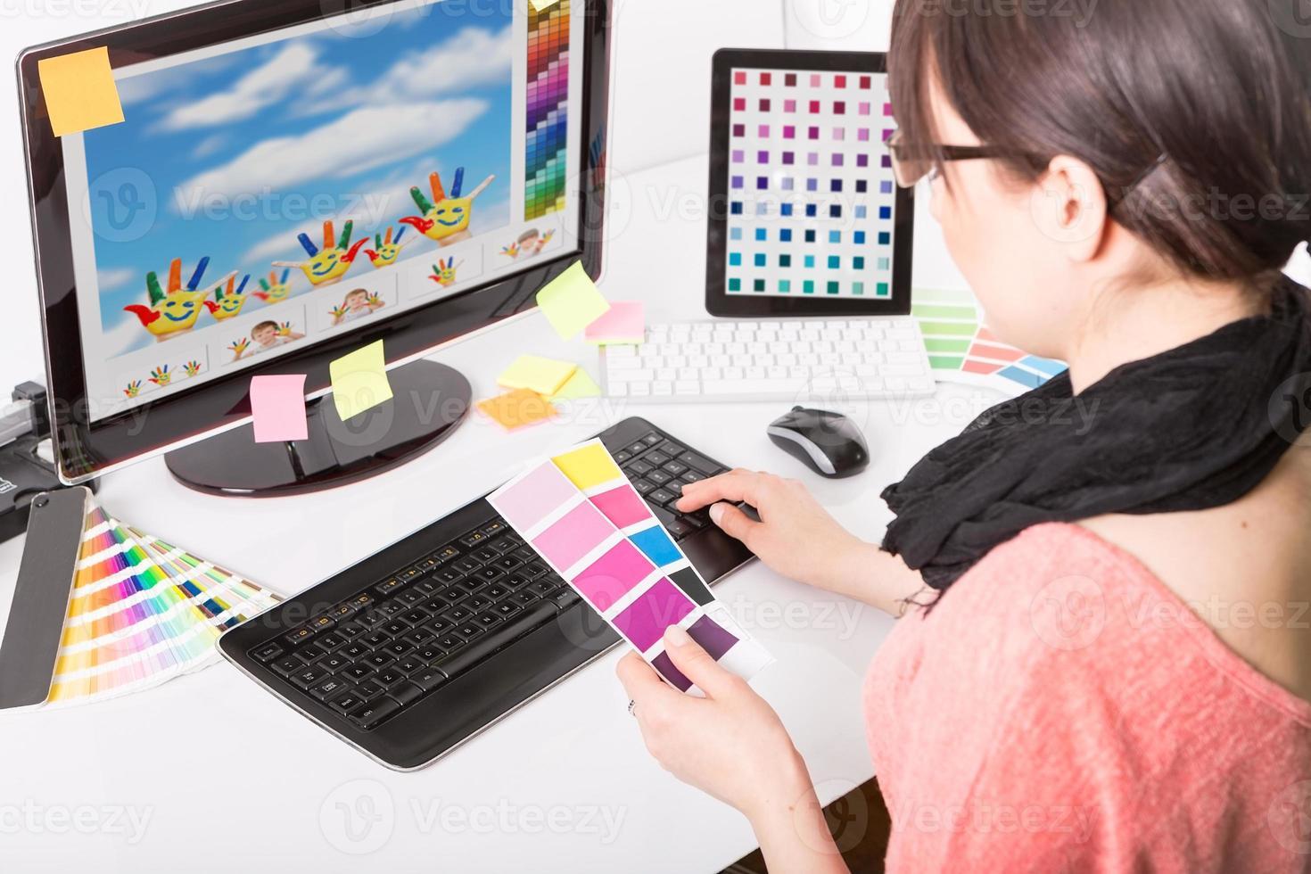 graphic designer al lavoro. campioni di colore. foto