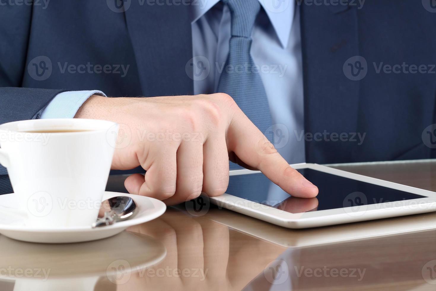 uomo d'affari che lavora con un tavolo digitale in ufficio foto