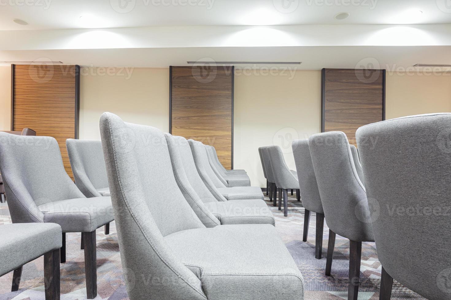 sedie in una moderna sala di presentazione foto
