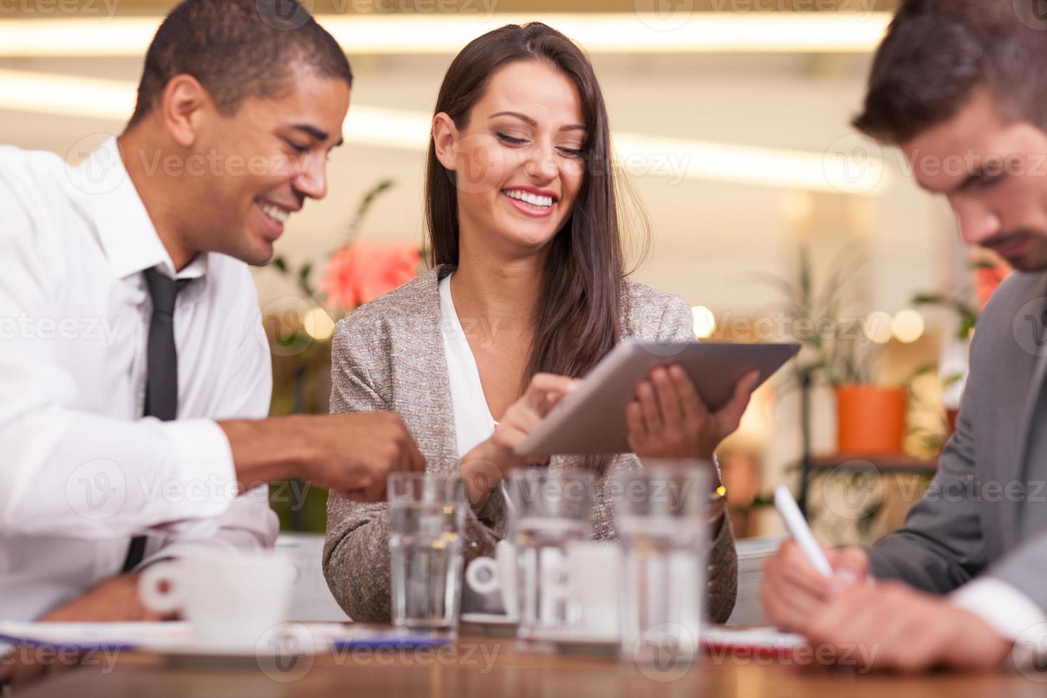 giovani imprenditori che hanno una riunione d'affari presso la caffetteria foto