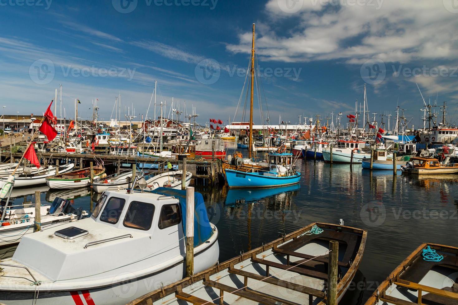 piccole imbarcazioni nel porto turistico foto