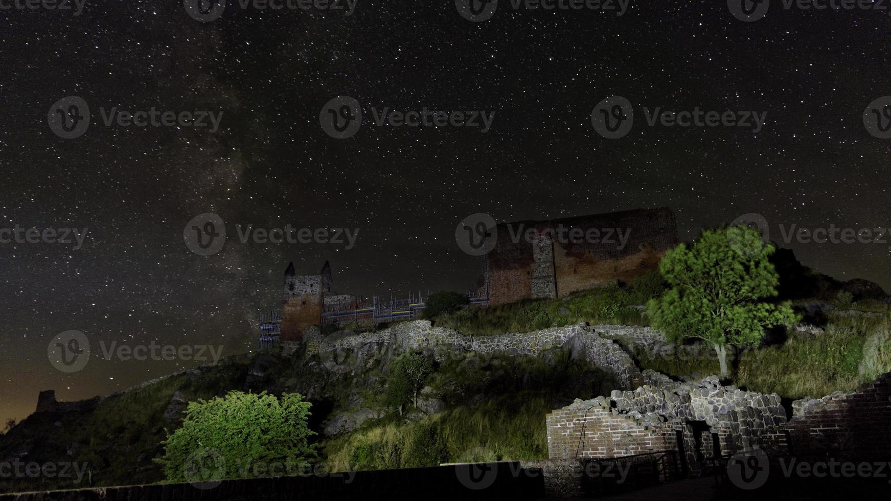la sagoma scura del castello medievale hammershus di notte foto