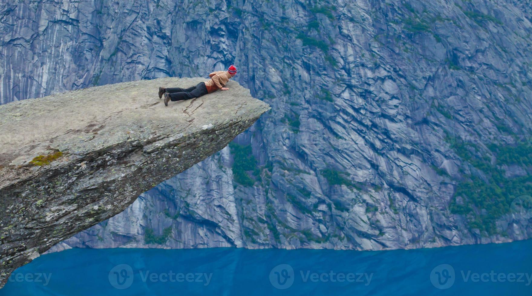 famoso luogo norvegese per escursioni su roccia - trolltunga, lingua di troll, norvegia foto