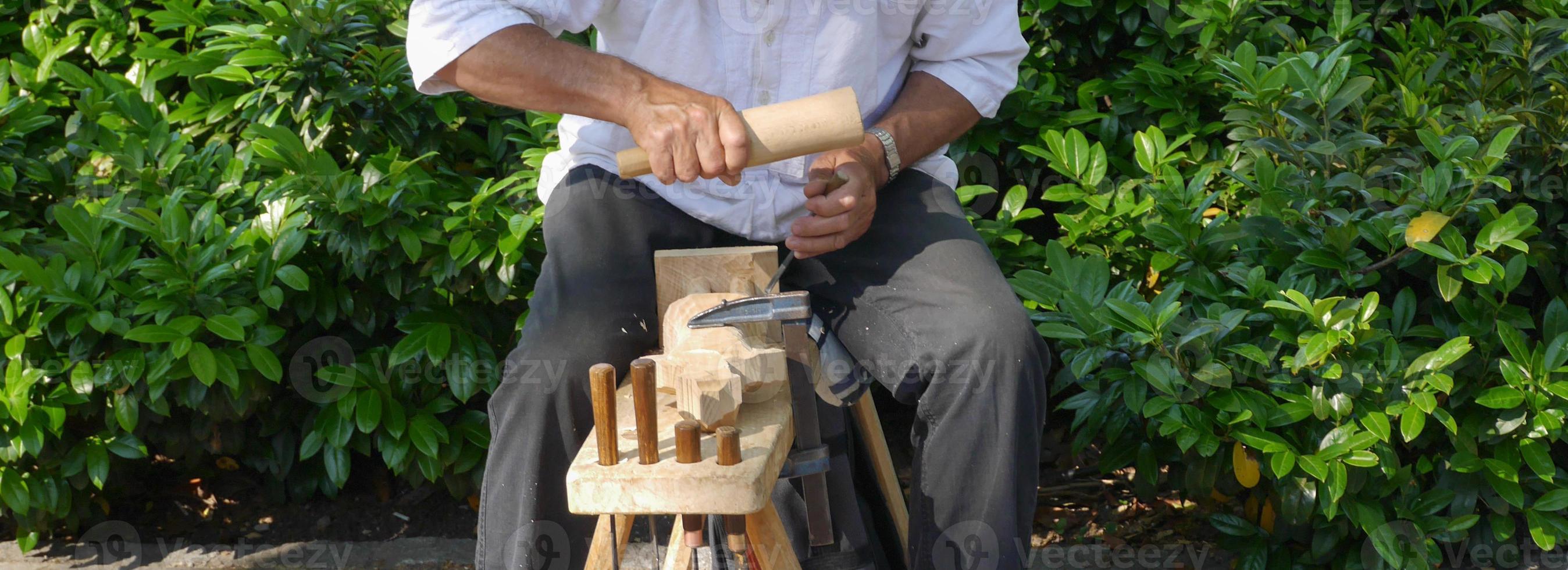intagliatore di legno vicino foto