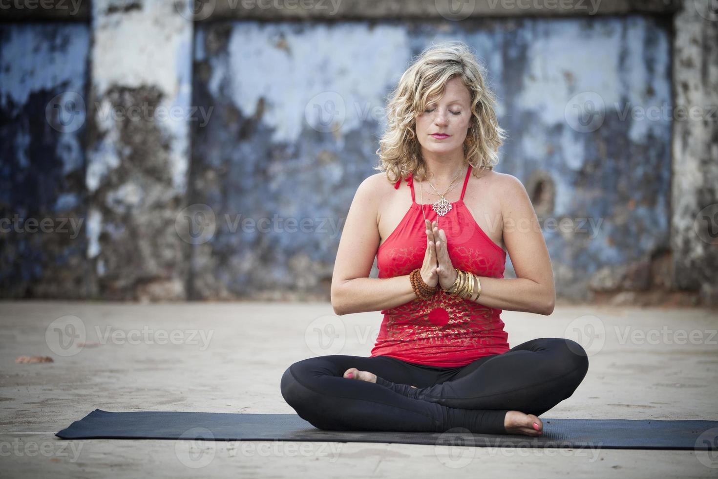 praticare yoga foto