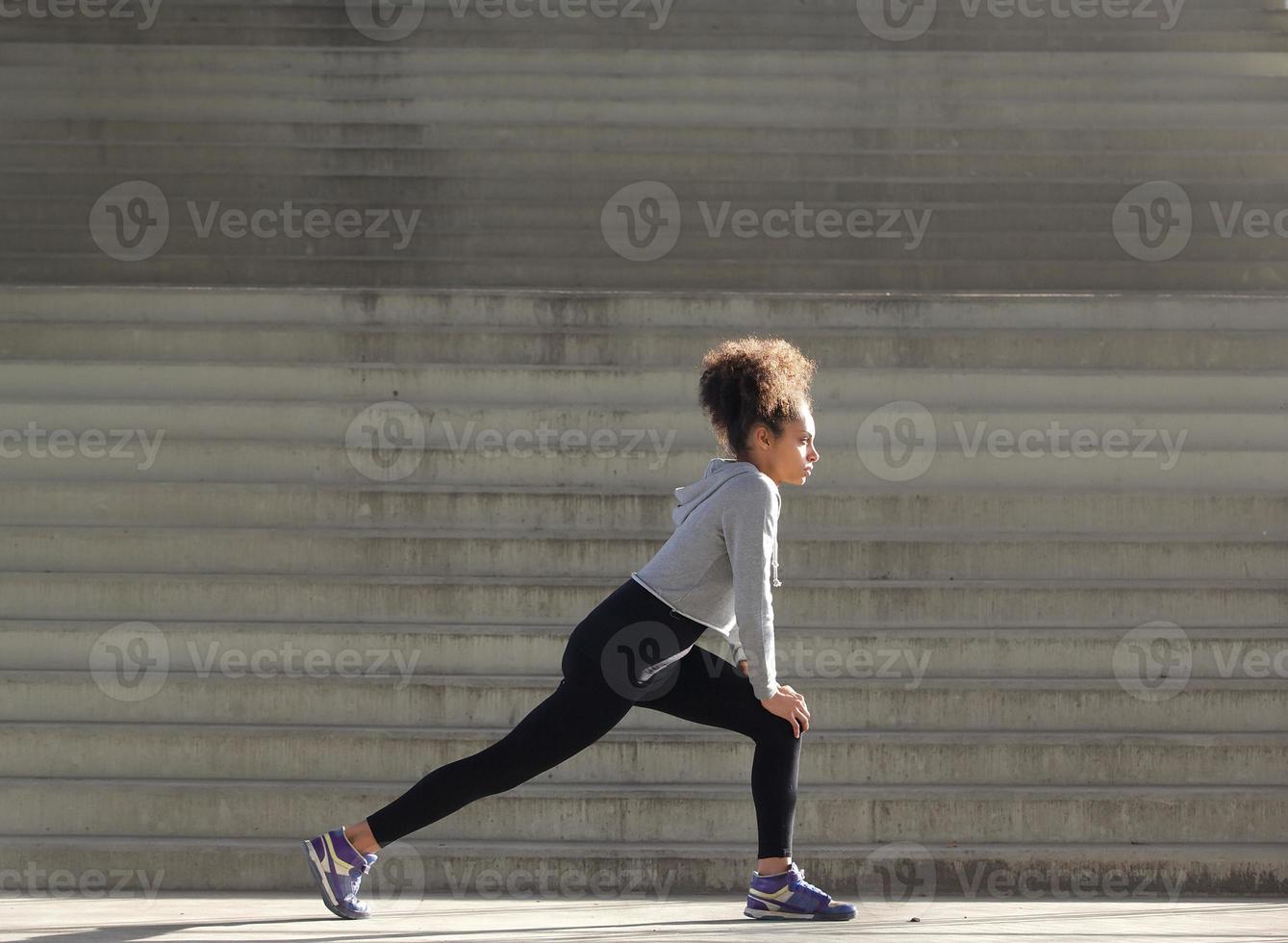 giovane donna che allunga allenamento foto