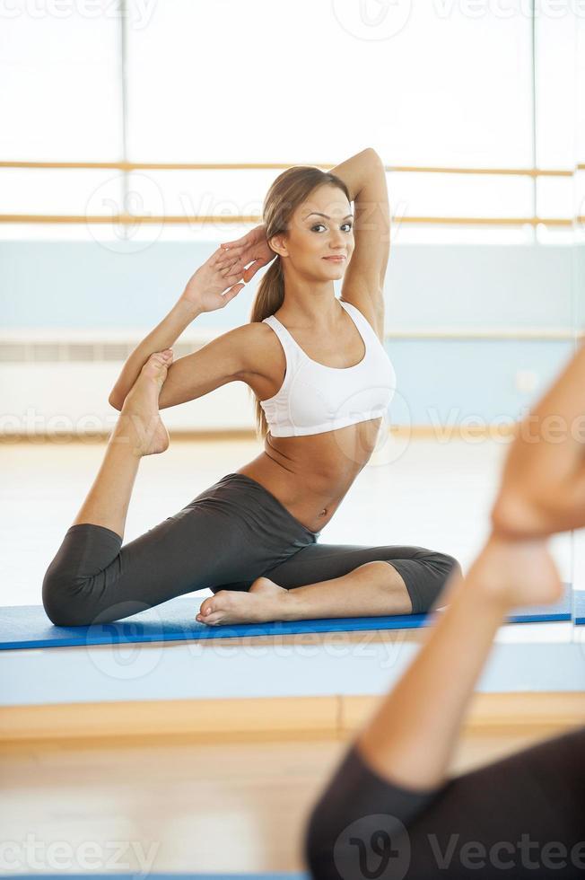 donna che pratica yoga. foto