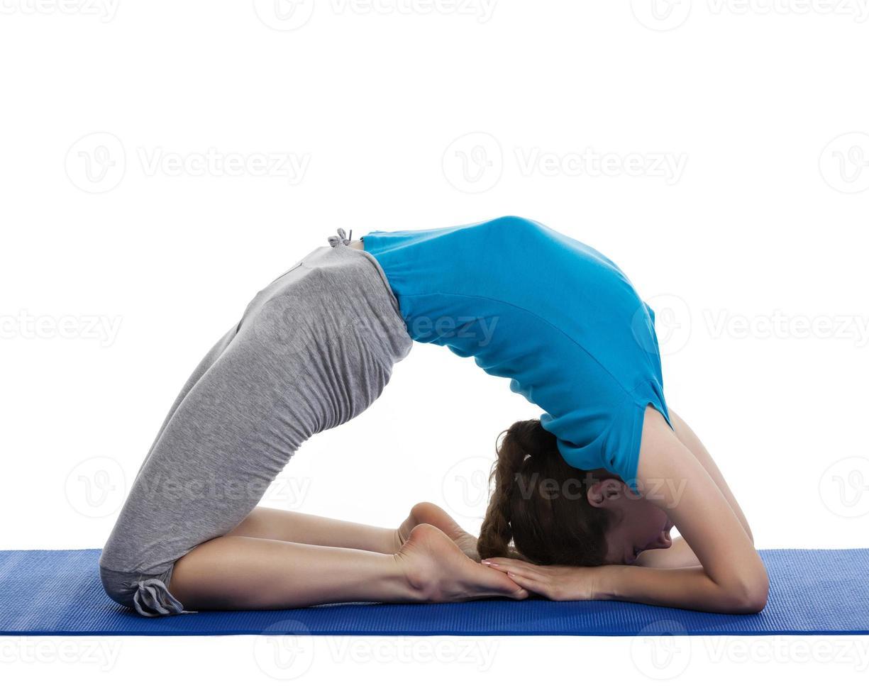 yoga - giovane bella donna che fa esercizio di asana isolato foto