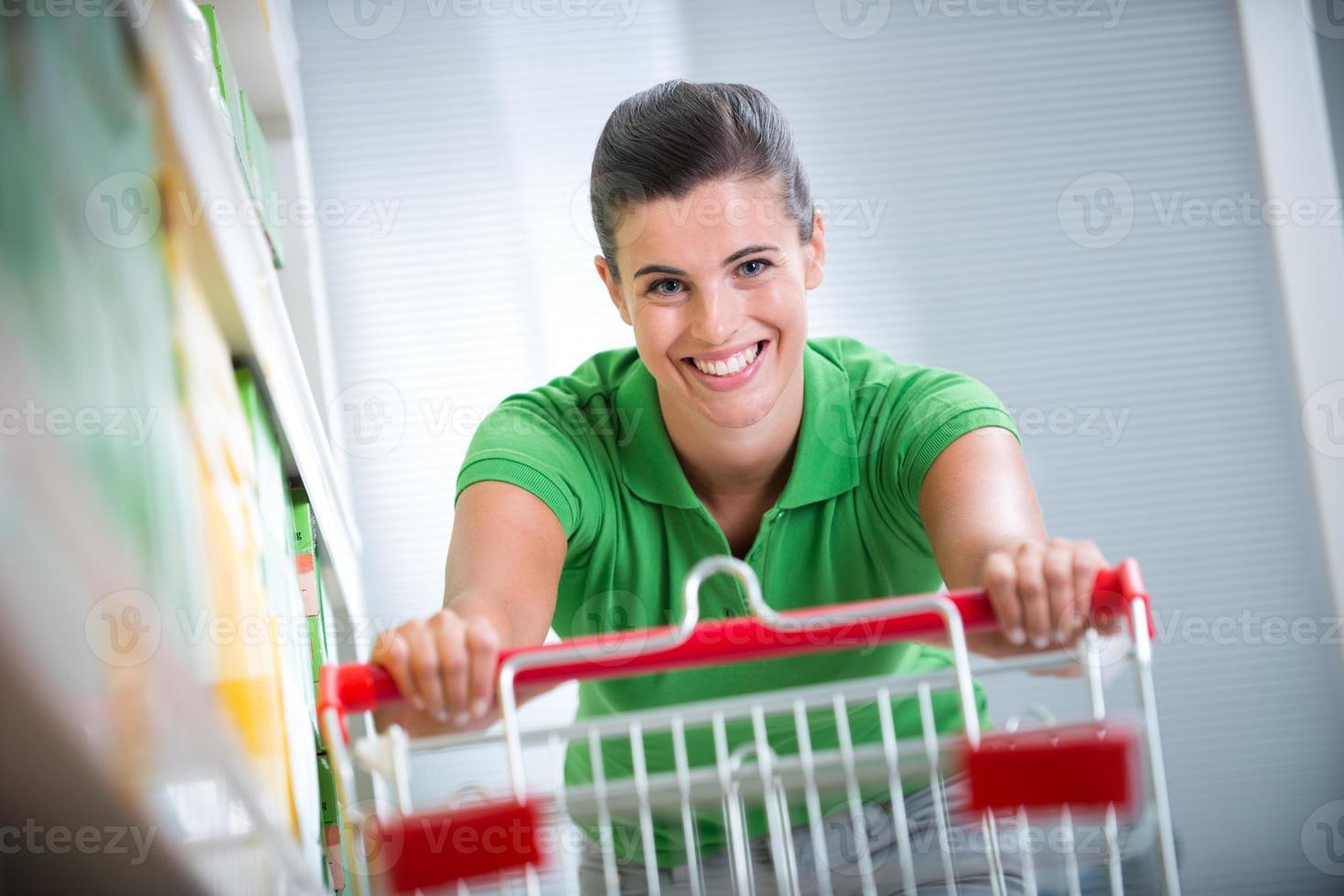 godendo lo shopping al supermercato foto