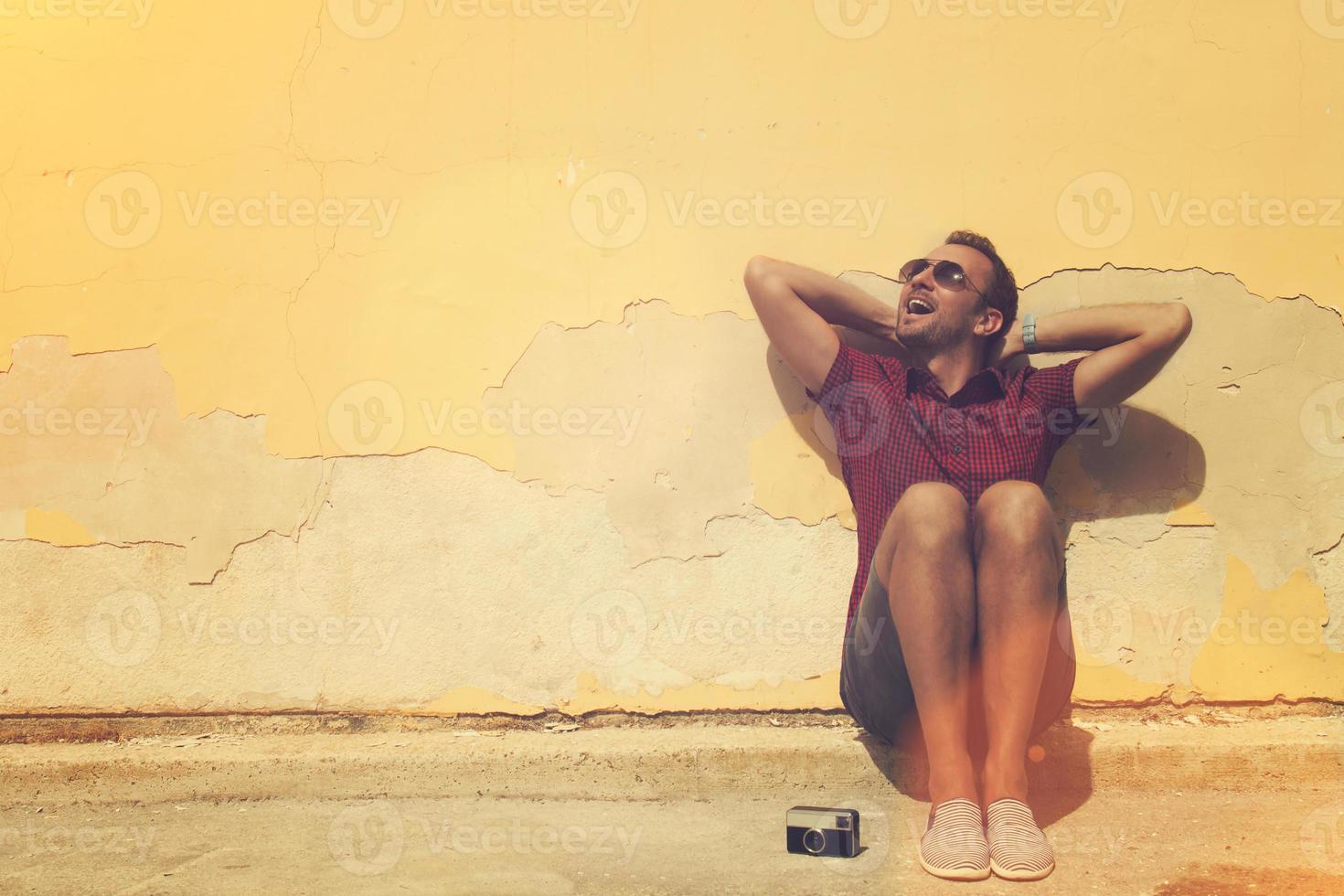 ragazzo hipster si diverte all'aperto. foto