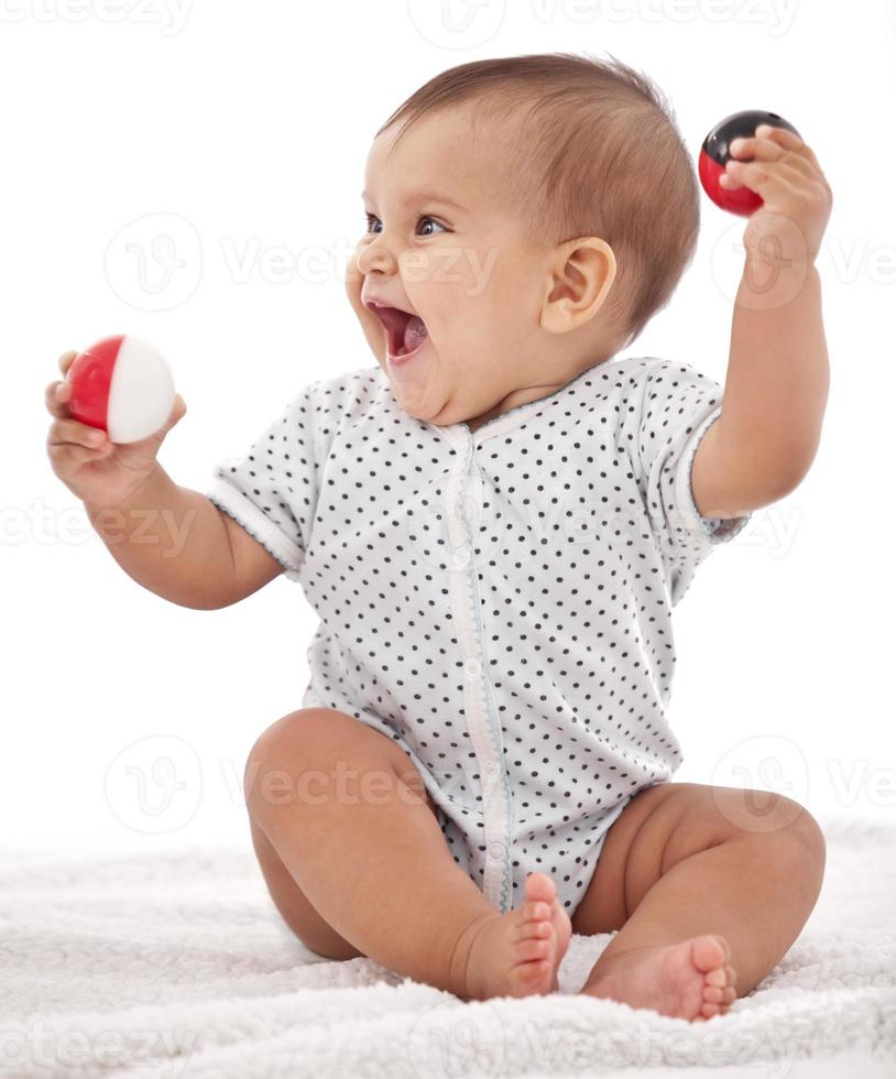 il piccolo bambino si diverte a giocare. foto