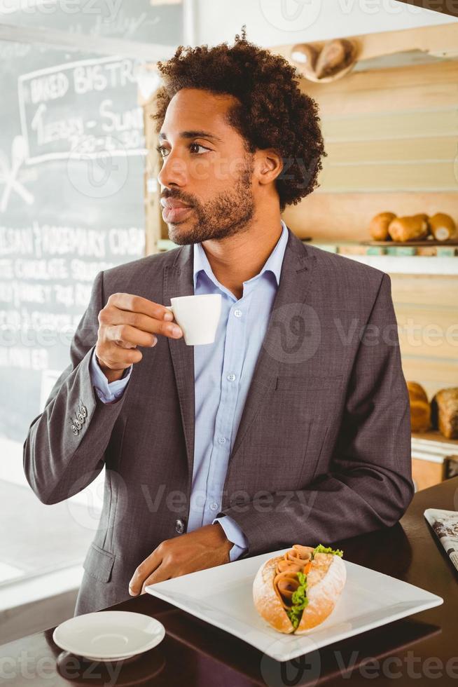 uomo d'affari godendo la sua ora di pranzo foto