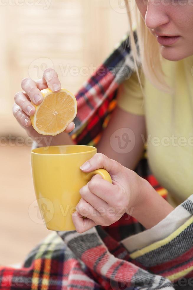 piuttosto giovane donna malata si sta godendo il drink foto