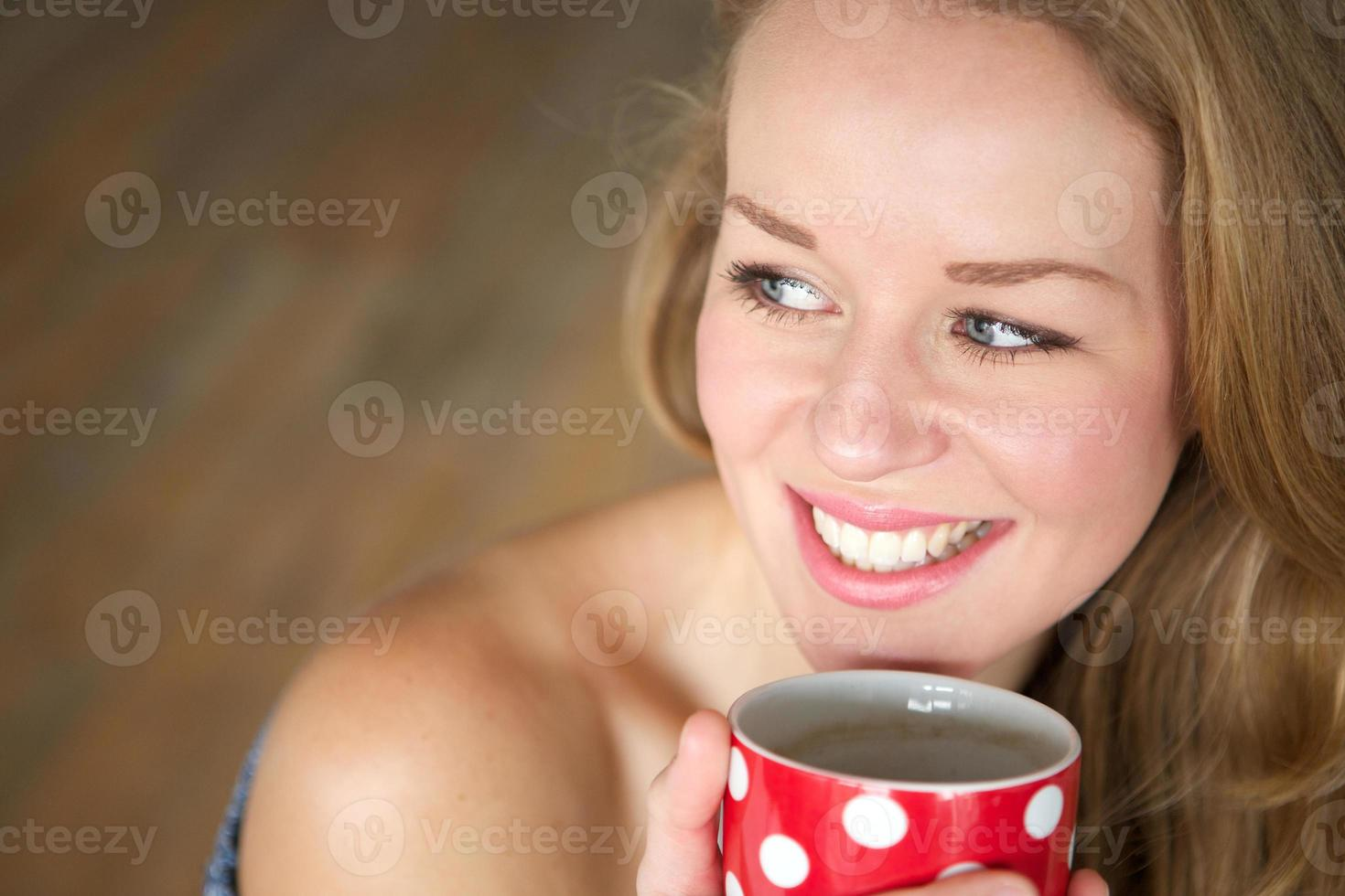 gustando una tazza di tè a casa foto