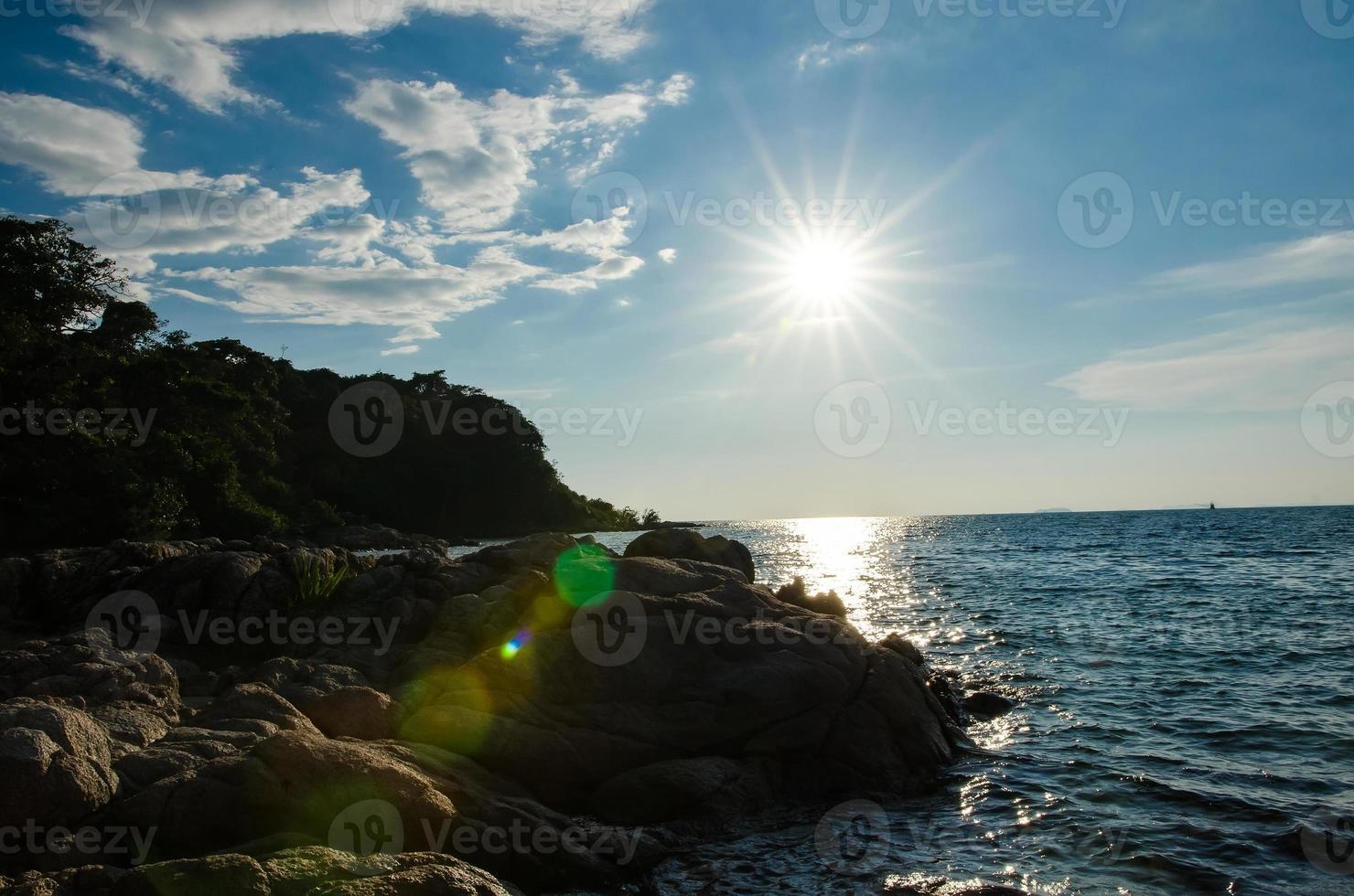 retroilluminazione del tramonto sulla costa foto