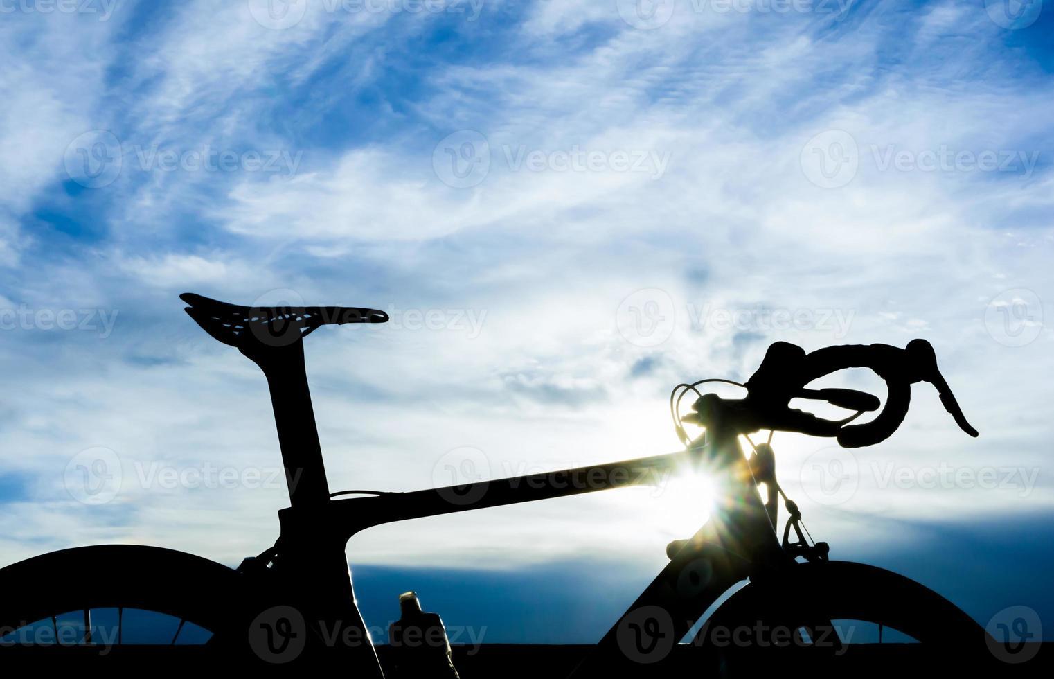 bicicletta con cielo blu e il chiarore del sole foto