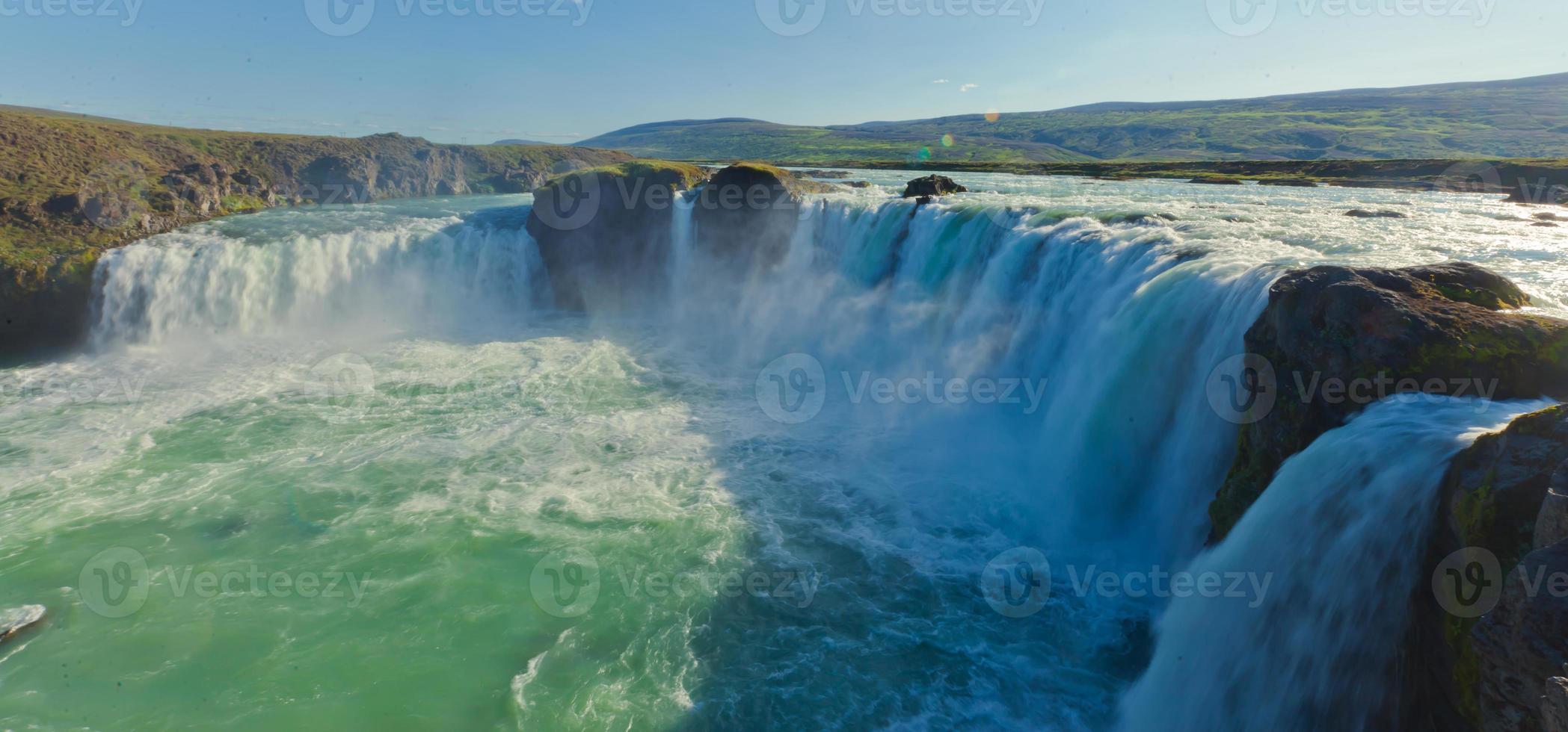 bella immagine panoramica vibrante con vista sulla cascata in islanda foto