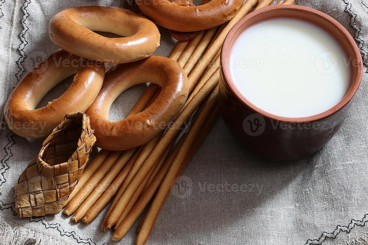 cibo latte in una cannuccia di vetro bagel e salatini foto