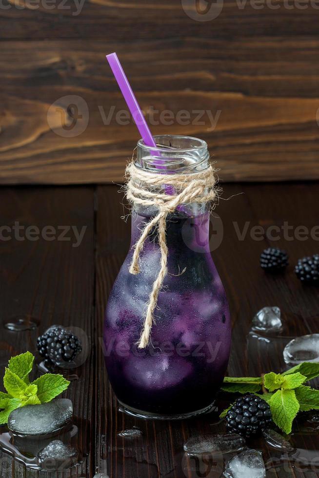 succo di mora rinfrescante in bottiglia vintage in stile eco foto