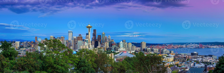 skyline di Seattle al crepuscolo foto