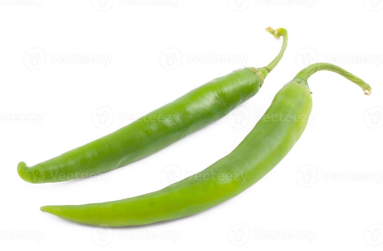 due peperoncini verdi su bianco foto