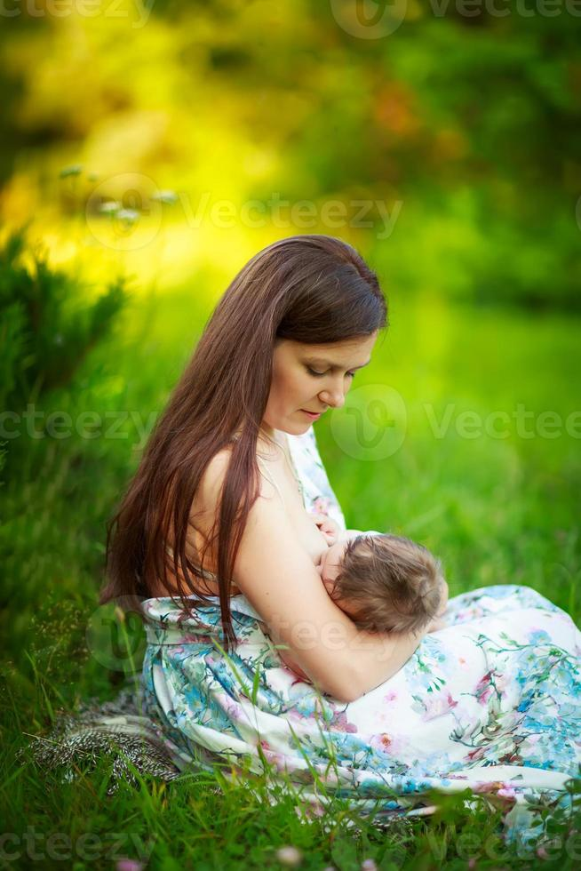 la mamma nutre il bambino, l'allattamento al seno, l'estate foto