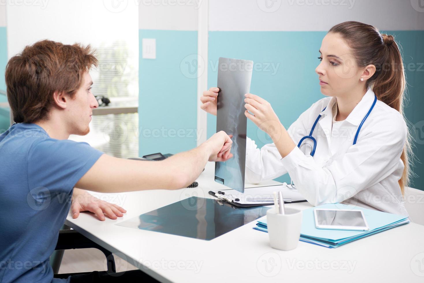 paziente con giovane medico foto