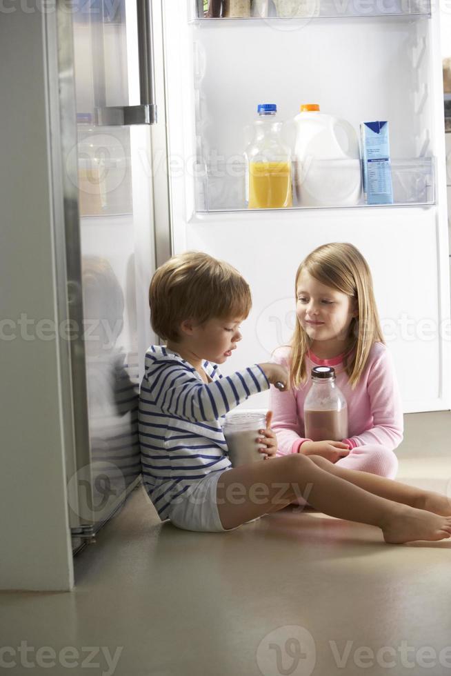bambini che razziano il frigorifero foto