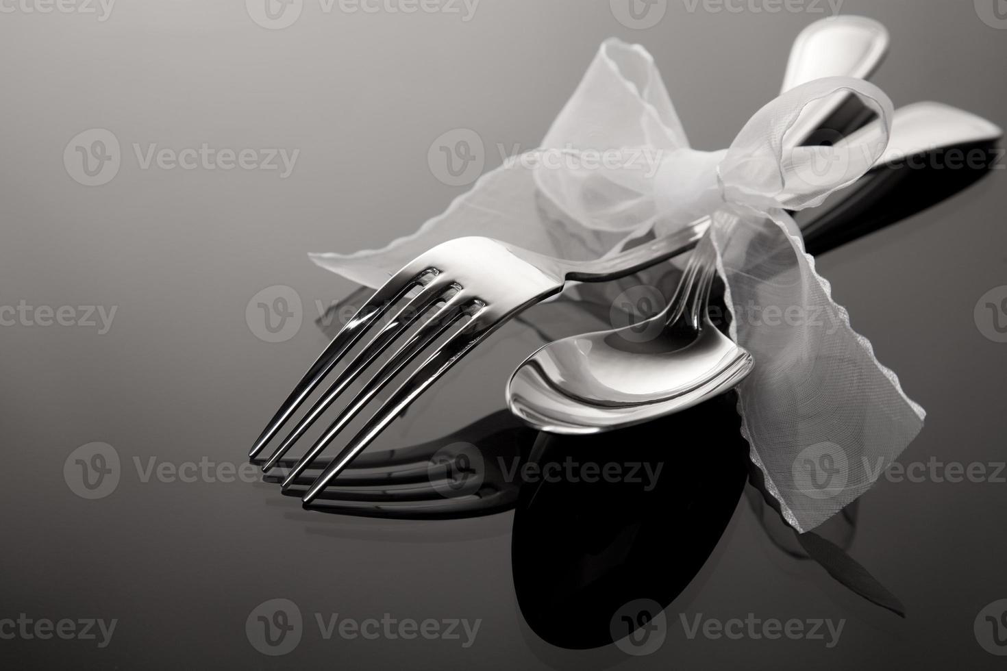 cucchiaio e forchetta sul modello a specchio foto