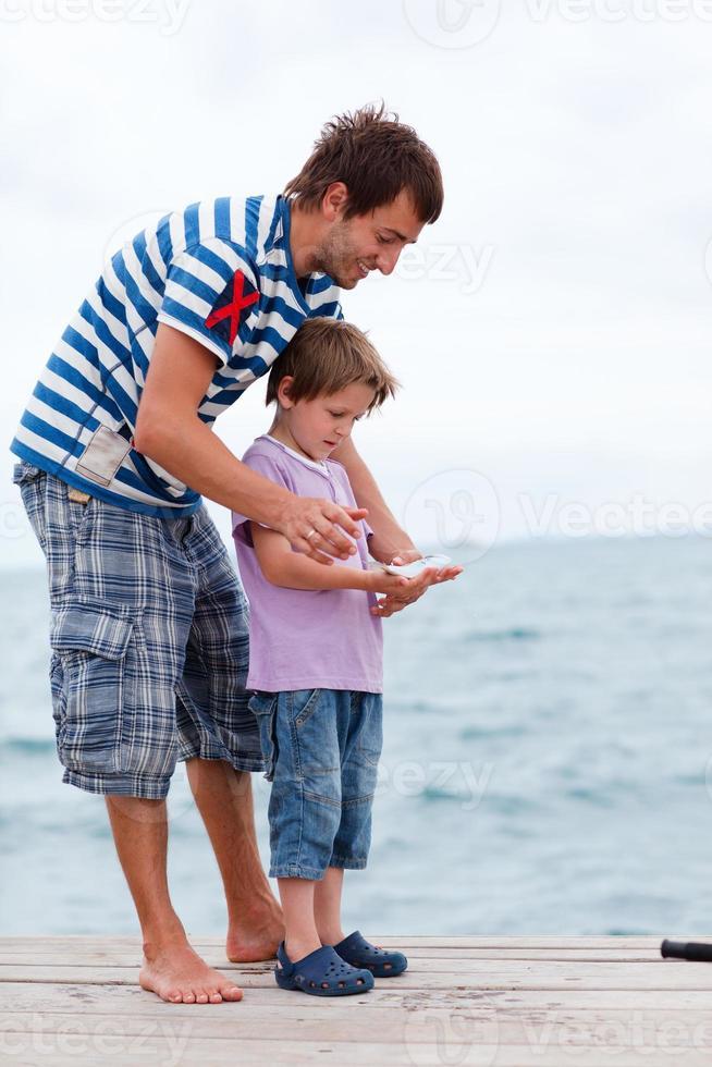 padre e figlio pescano pesce foto