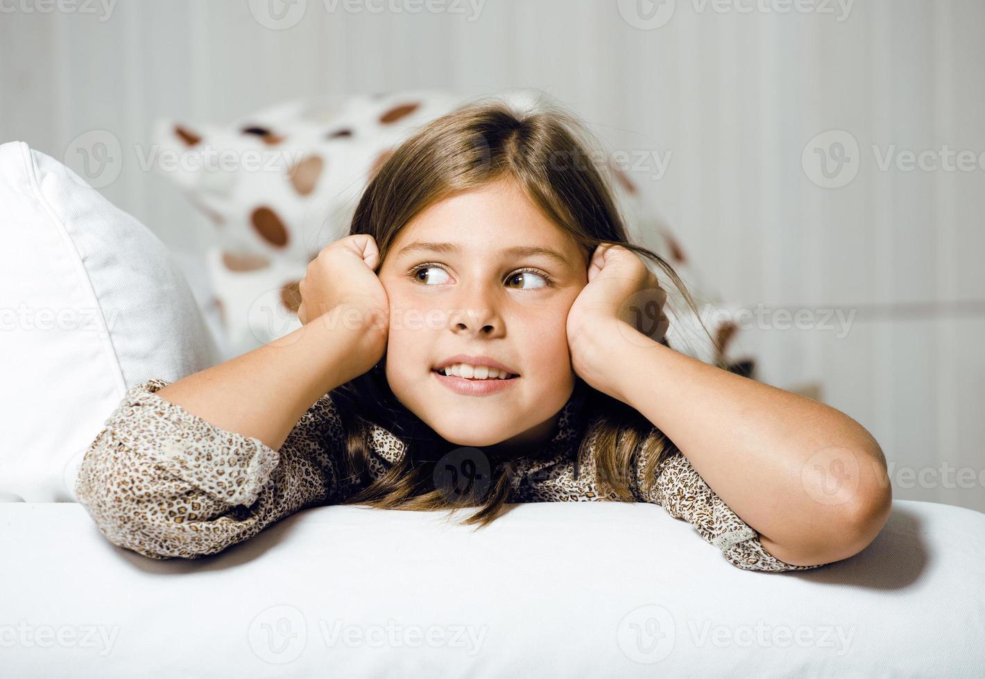bambina carina a casa sorridente foto