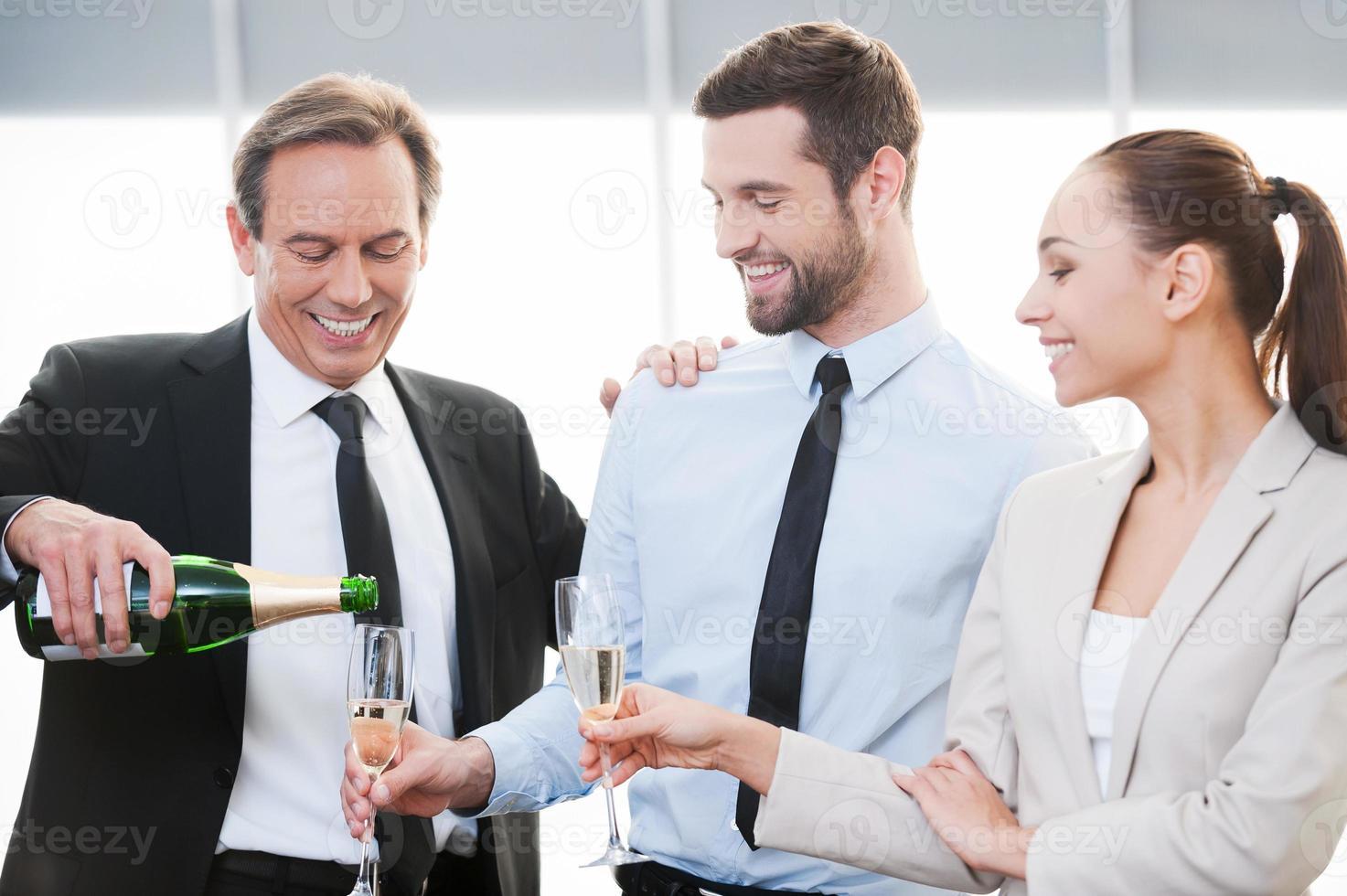 festeggiare un buon contratto. foto