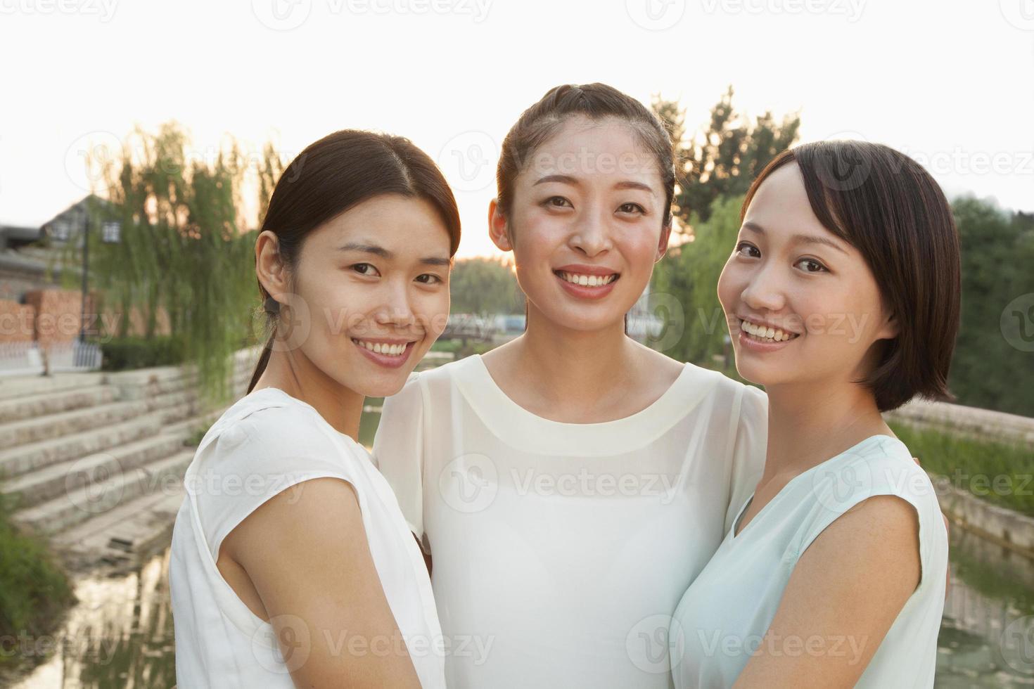 tre giovani donne - ritratto foto
